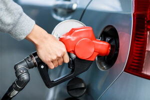ガソリン・軽油が1年間最大2円/ℓ引き